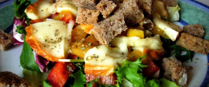 Sałatka z grillowanym oscypkiem i grzankami