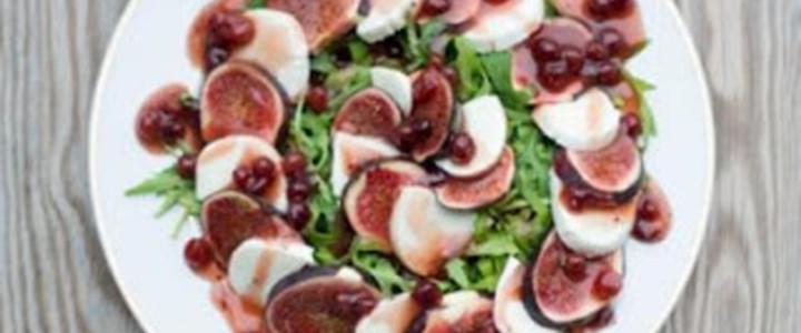 Sałatka z figami, mozzarellą i dressingiem żurawinowym